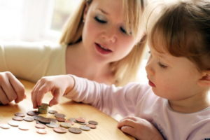 Мама с дочкой считают деньги